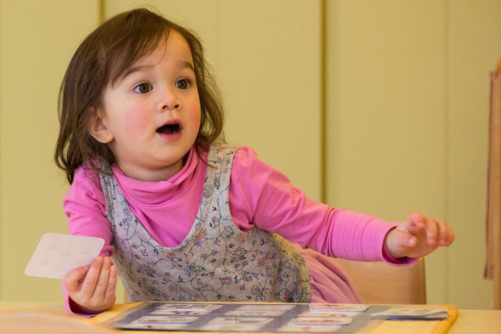 kleines Mädchen mit Spielkarten