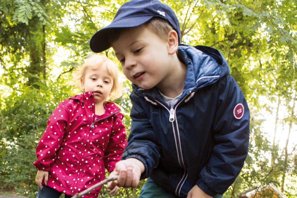 Junge und Mädchen spielen mit Wald