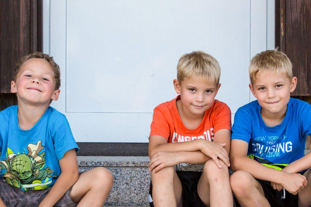 drei blonde Jungen