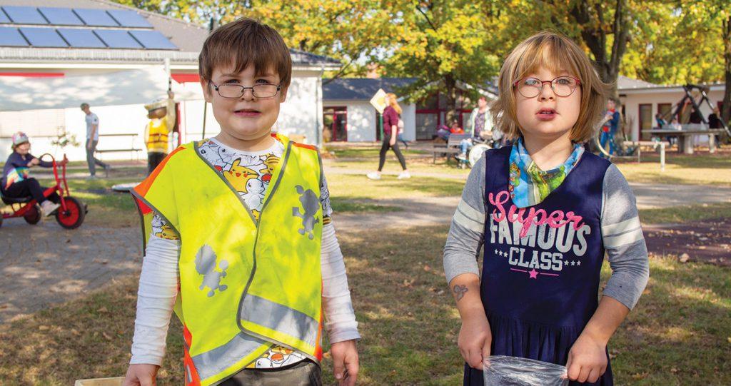 Kinder mit Beeinträchtigung auf Schulhof