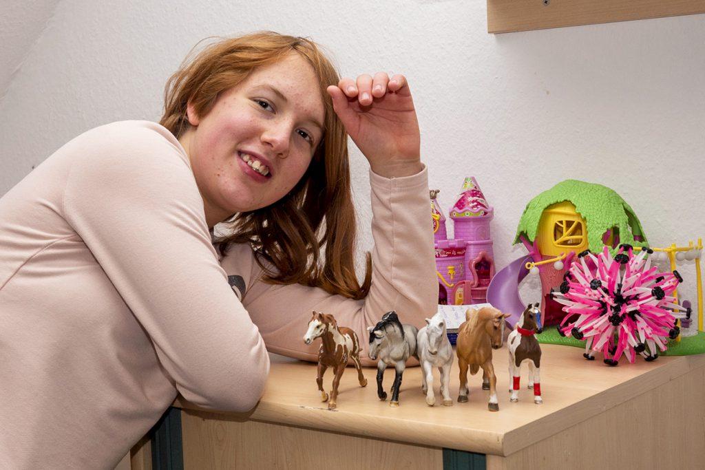 Jugendliche mit Spielzeugpferden