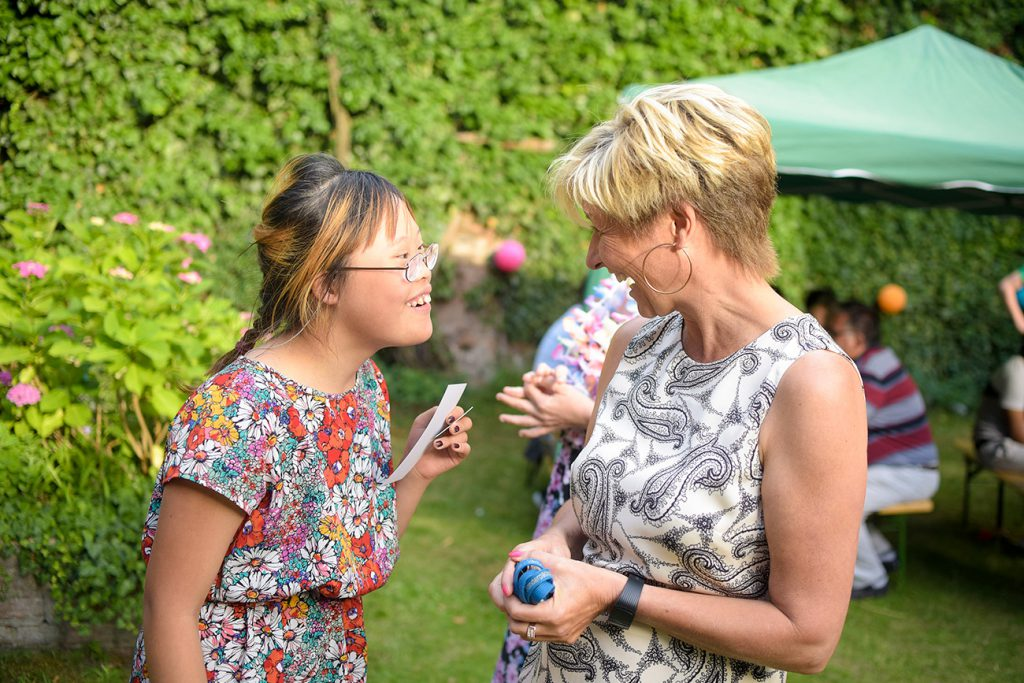Unterhaltung zwischen Jugendlicher mit Beeinträchtigung und Pädagogin