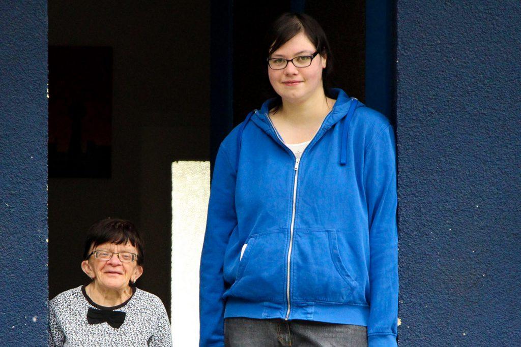 Seniorin mit Beeinträchtigung und junge Pflegerin