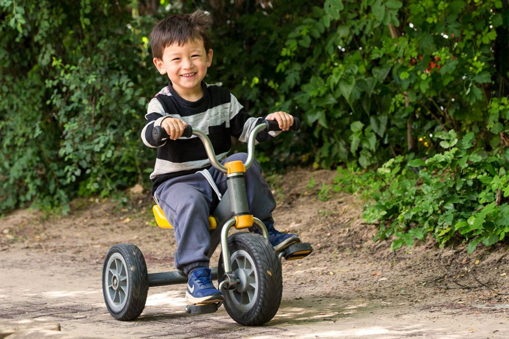 Junge mit Dreirad
