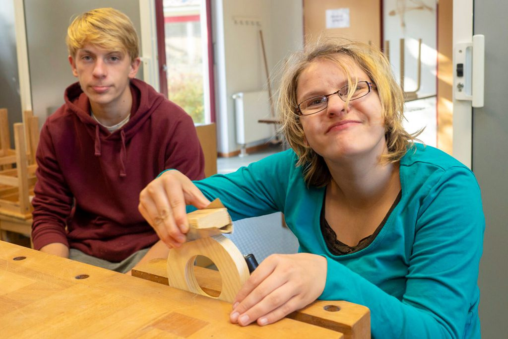 Jugendliche mit Beeinträchtigung in Holzwerkstatt