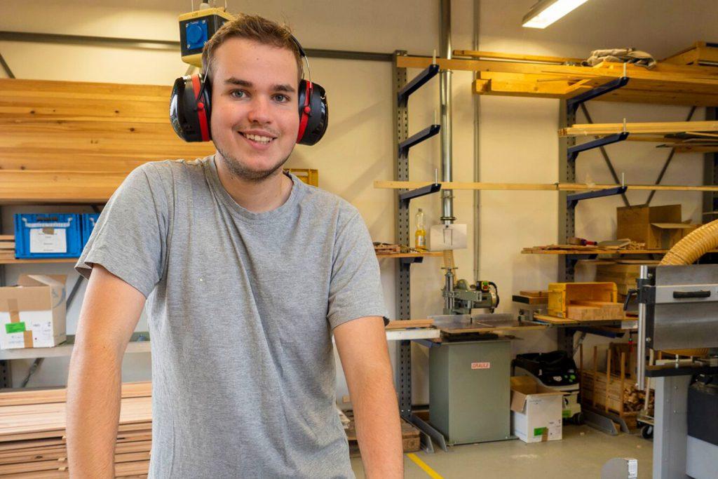 Junger Mann in Holzwerkstatt